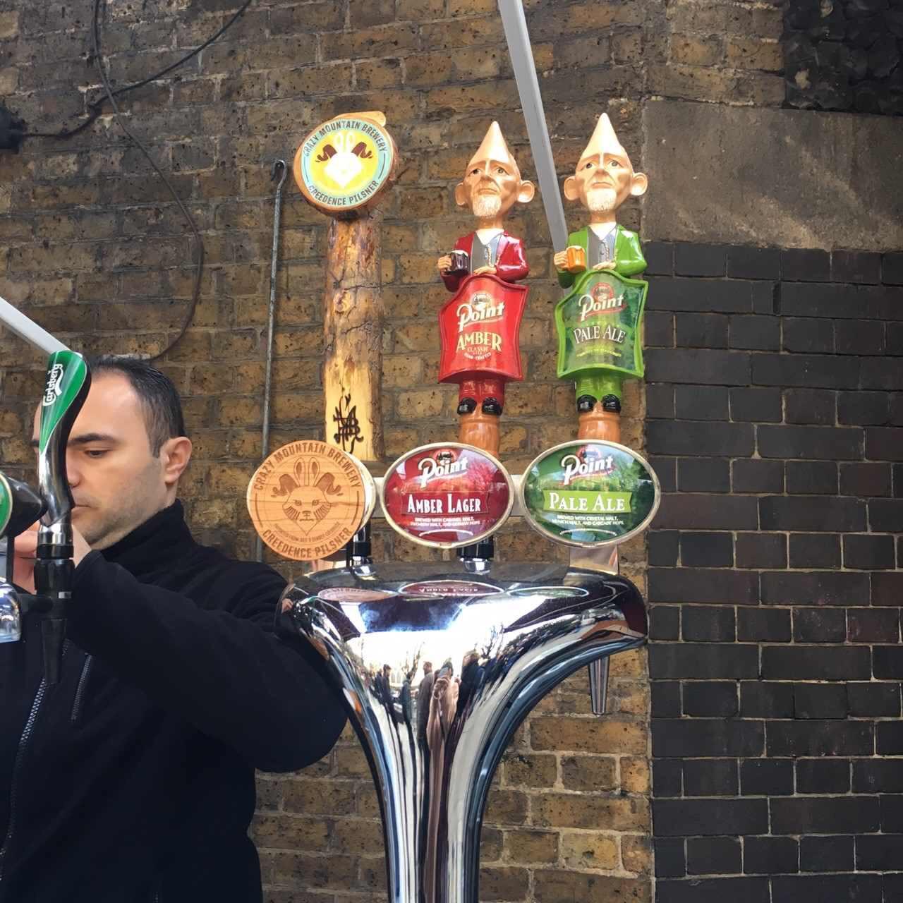 イギリスのパブはお酒が飲めるだけではない。クイズやゲームもある