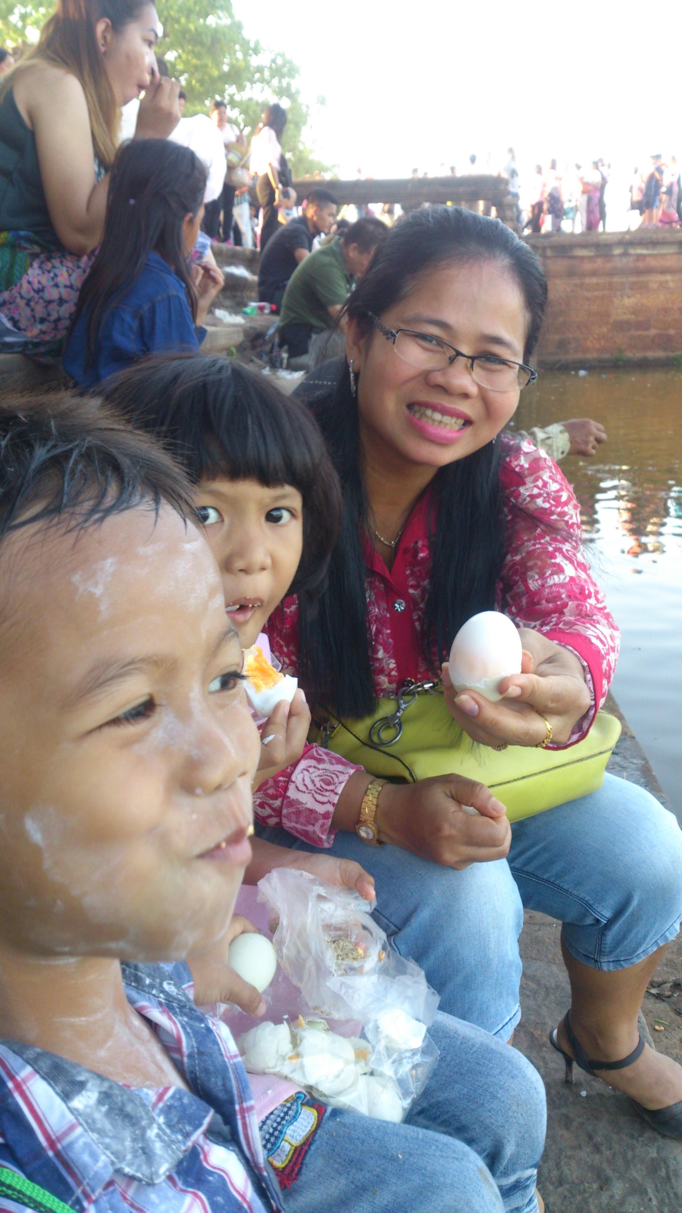 カンボジアの正月の定番はアンコールワット参拝