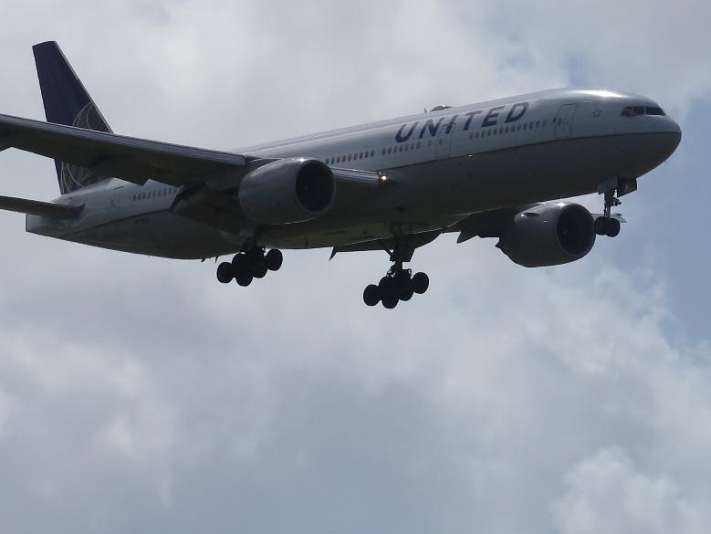 飛行機を近くで見られるグアムでの待機スポットと時間帯を紹介