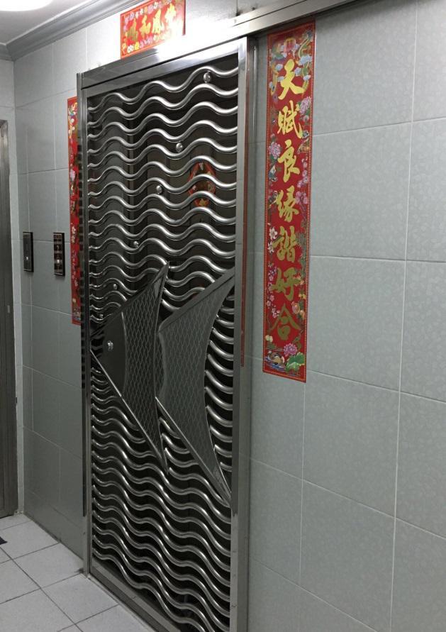 香港のマンション事情。洗濯機はキッチンに。玄関ドアは二重