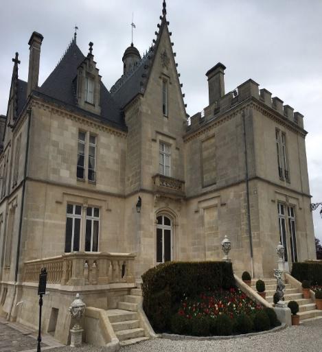 フランスのワイナリーを視察し、古城に宿泊しました