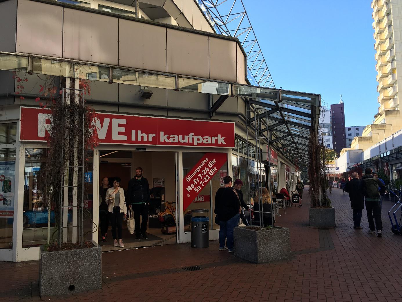 ドイツのスーパーは不思議。魚は売っていないが、お寿司は売っている